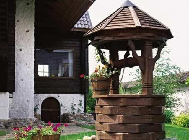 Декоративный колодец – оригинальное и эффектное украшение участка
