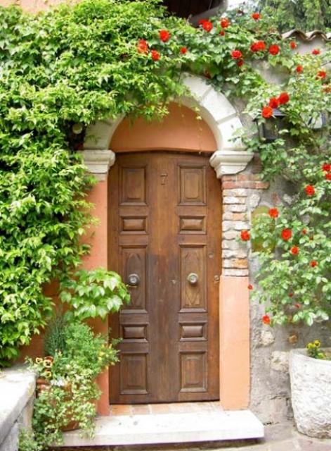 Как самобытно оформить вход в усадьбу и на приусадебный участок