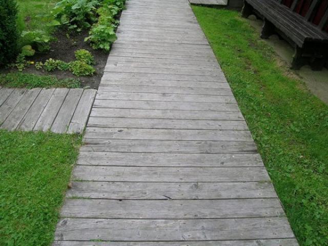 Так выглядит садовая дорожка из досок