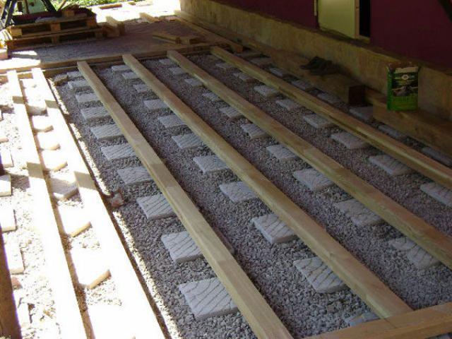 Процесс укладки основания дорожки из дерева
