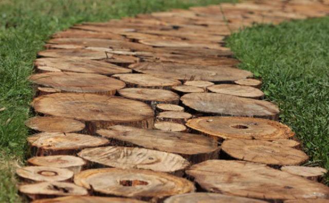 Деревянные спилы для дорожки вблизи