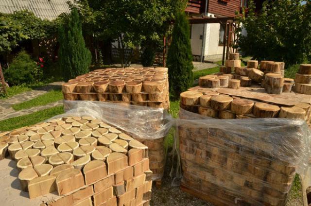 Подготовленные для укладки дорожек деревянные кругляши