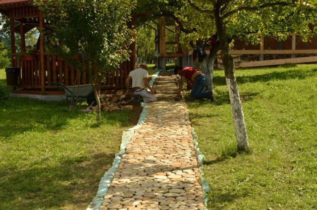 Укладка деревянных кругляков в дорожку
