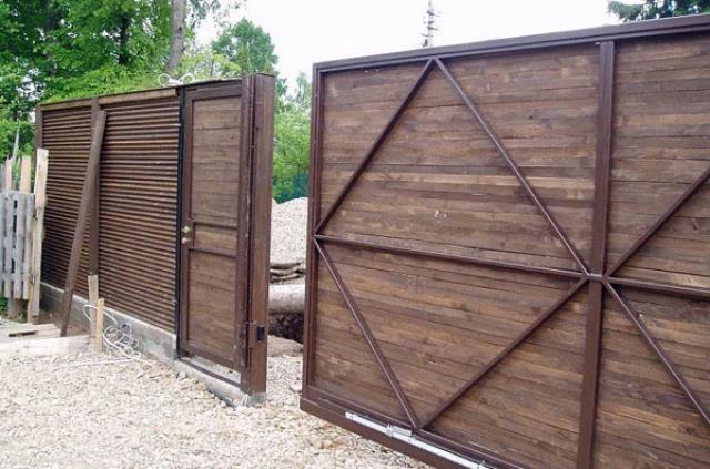 Откатные деревянные ворота в современном стиле