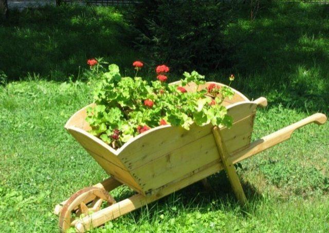 Садовая тележка – незаменимая помощница при работе на участке